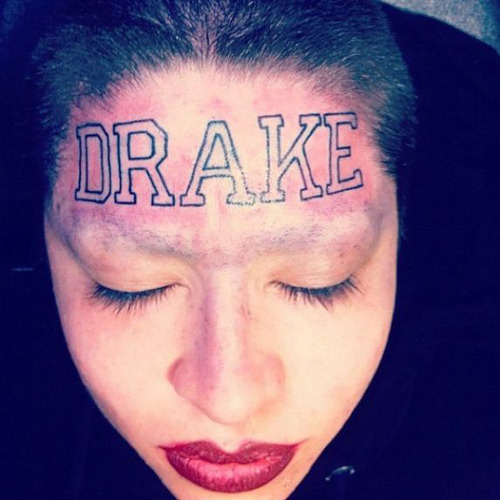 fã tatua drake na testa