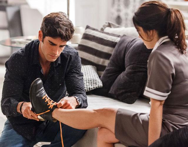 felipe colocando o sapato em shirlei
