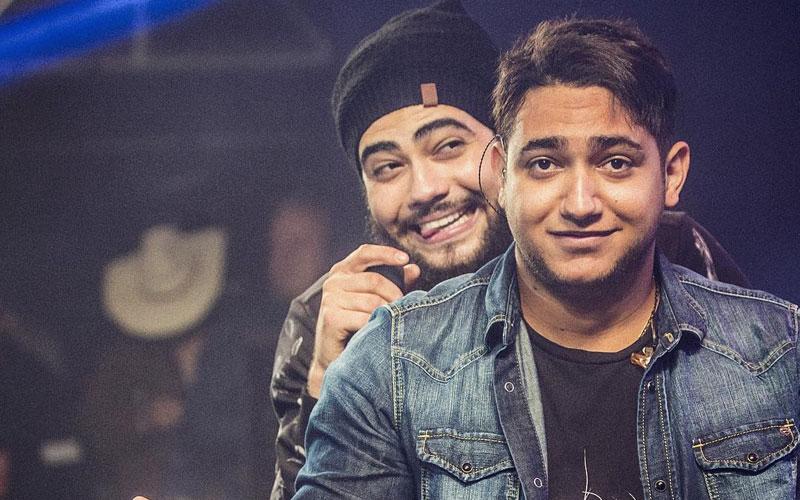 henrique e juliano sendo fofos no palco