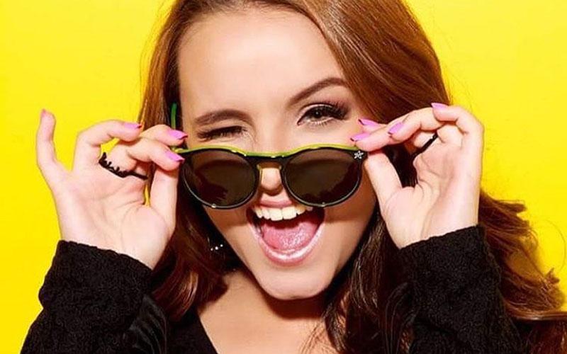 larissa manoela usando óculos de sol