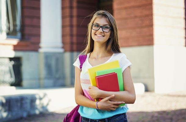 Garota com material escolar