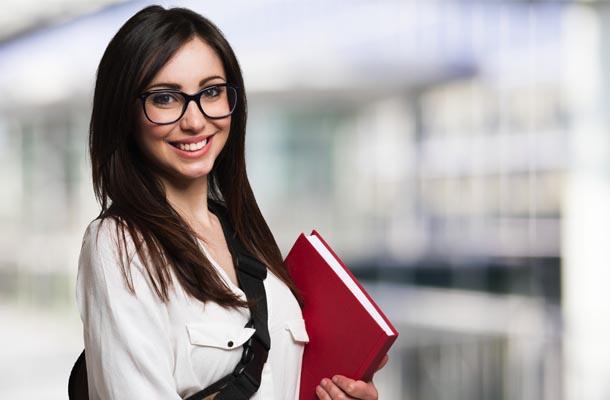 Garota com cabelos castanhos segurando livro