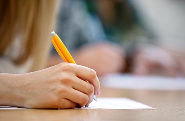 Garota escrevendo em papel