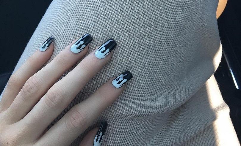 Nail art da Kylie Jenner em azul e preto