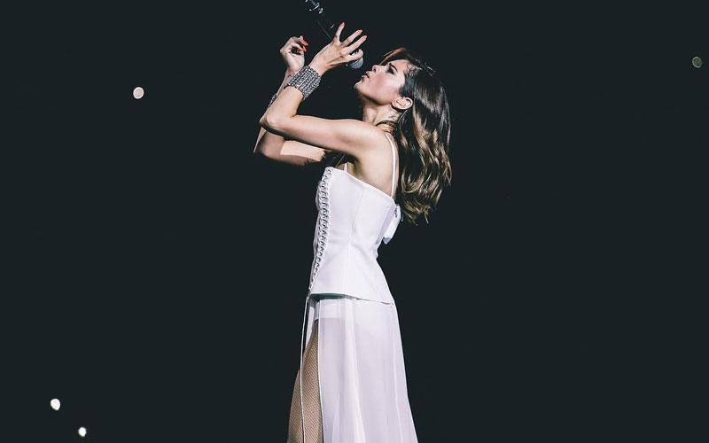 selena gomez cantando com um vestido branco