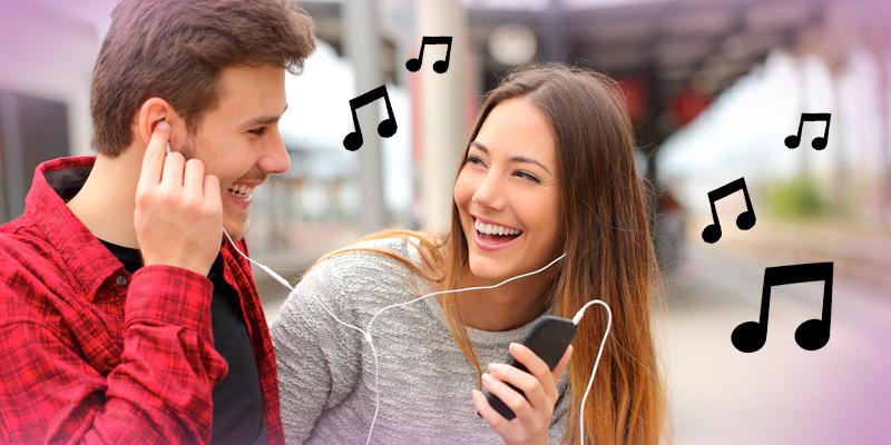 casal escutando música em fone de ouvido