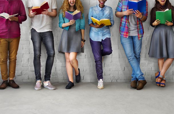 Estudantes jovens segurando livros