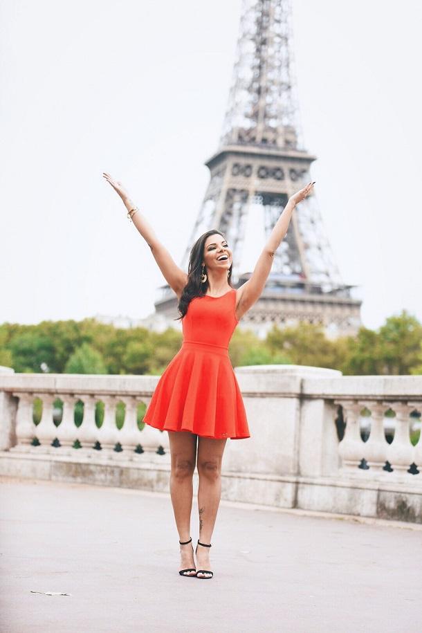 Evelyn Regly na frente da torre Eiffel