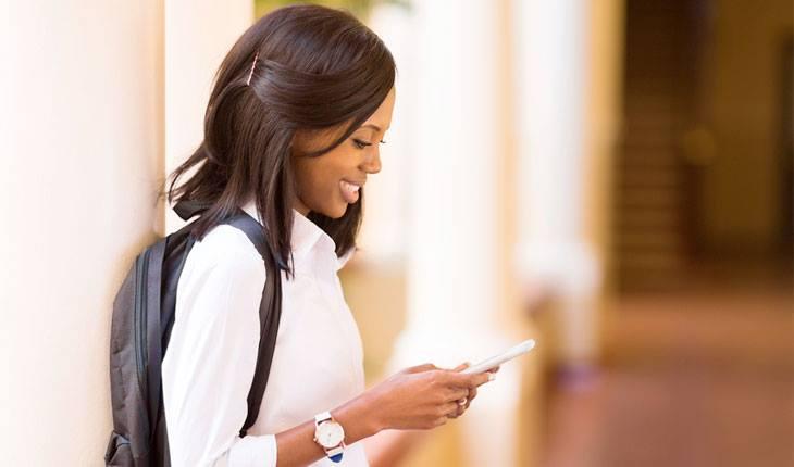 Menina sorrindo para o celular