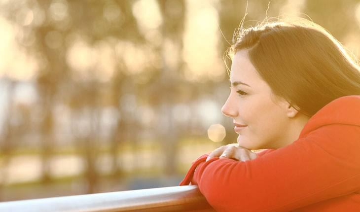 mulher feliz admirando a paisagem
