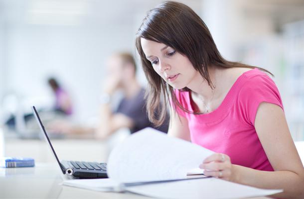 garota estudando com livros e notebook