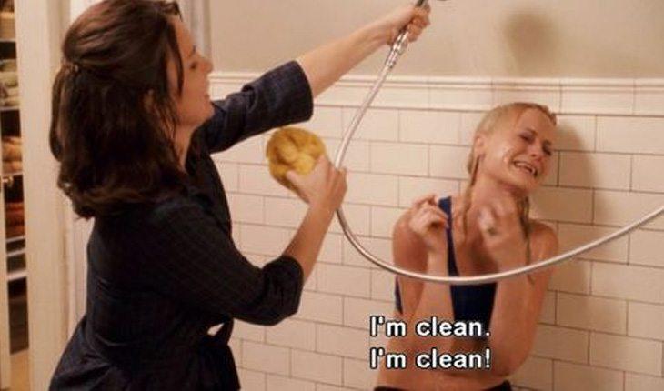 mulher da banho em menina que diz