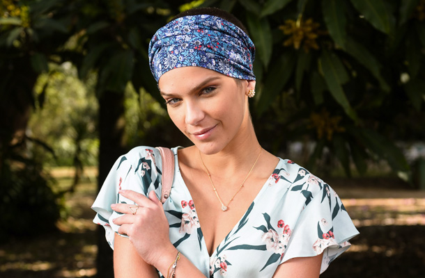 Isabella Santoni com lenço no cabelo