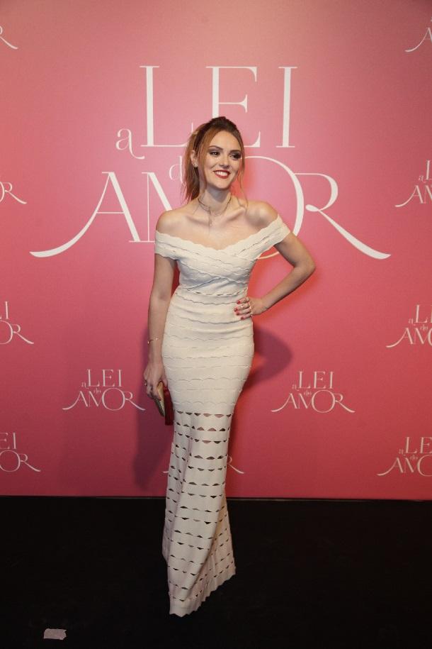 Isabelle Drummond de vestido longo branco