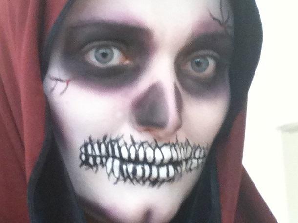 Pessoa maquiada de caveira para Halloween