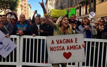 """Miley Cyrus em montagem onde segura um cartaz que diz """"a vagina é nossa amiga"""""""
