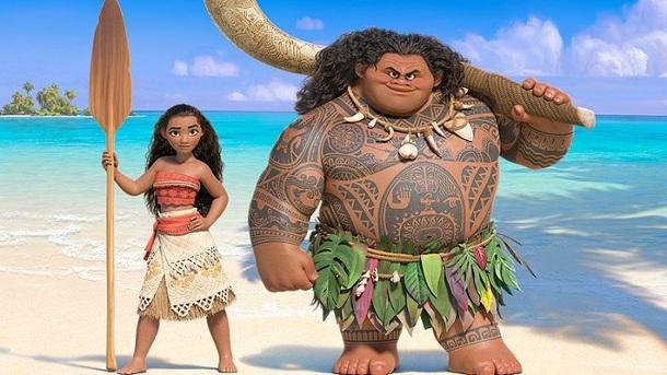 Moana e Maui na praia