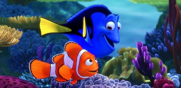 Nemo e Dori passeando no fundo do mar