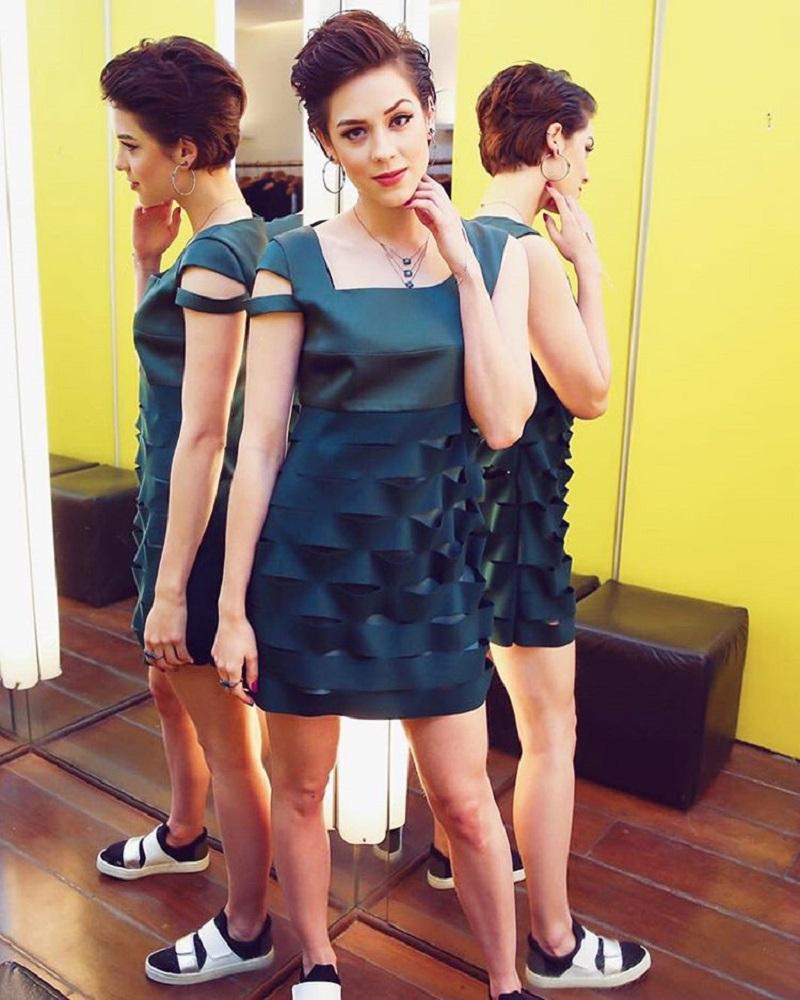 Sophia Abrahão posando numa sala de espelhos