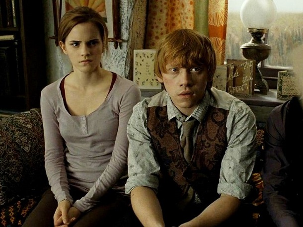 Rony e Hermione sentados Rupert Grint
