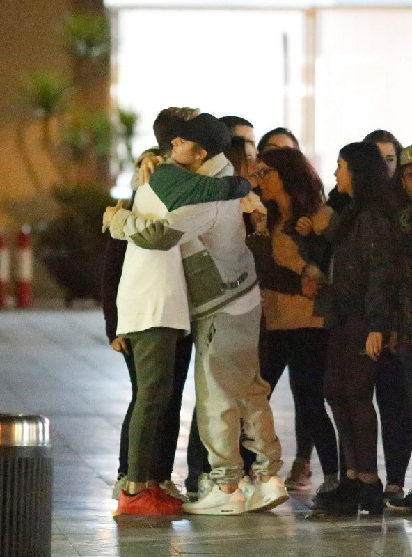 justin bieber abraça fã em aeroporto