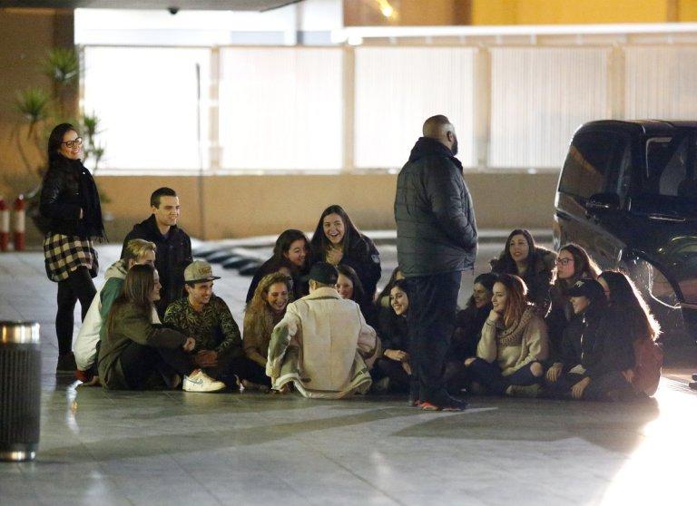 justin bieber sentado no chão do aeroporto