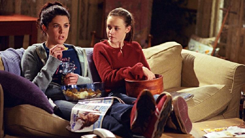 Rory e Lorelai sentadas em um sofá