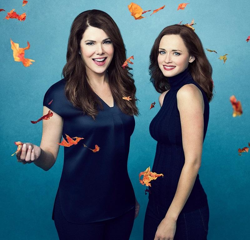Rory e Lorelai vestidas de azul marinho sorrindo
