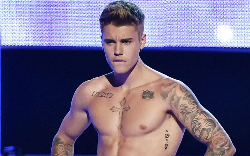 justin bieber sem camisa no palco, justin bieber reativou o perfil