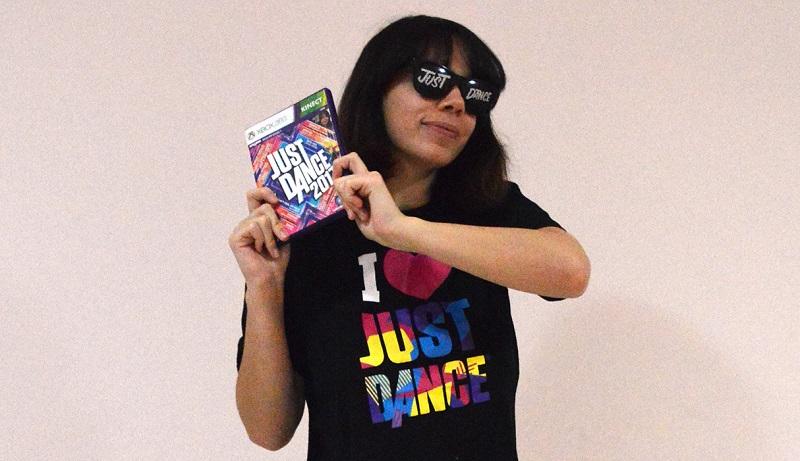 Luiza com o jogo Just Dance