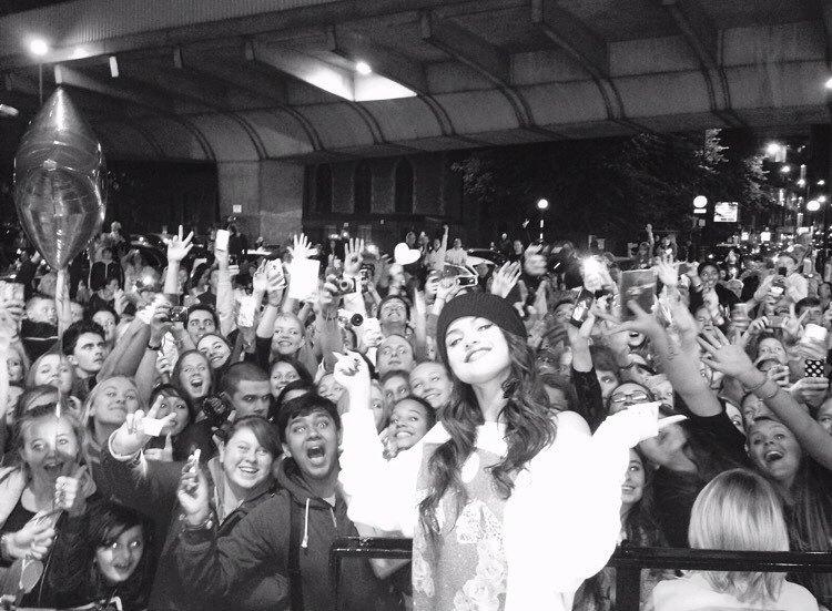 selena gomez e seus fãs em preto e branco