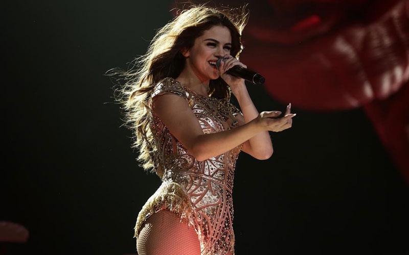 selena gomez sorrindo fazendo show
