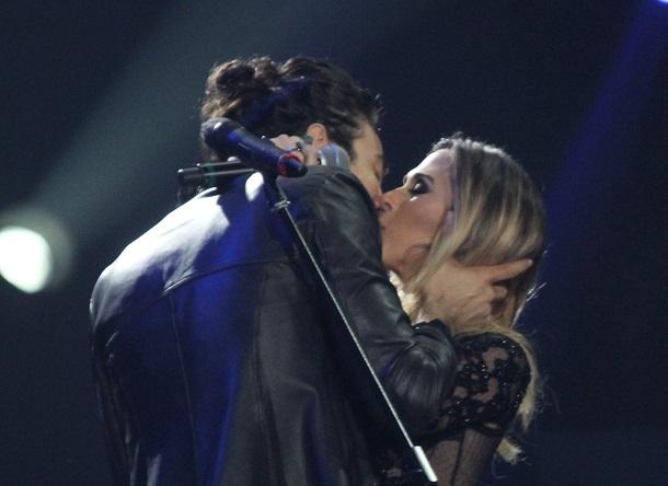 Tatá Werneck e Tiago Iorc se beijam no palco