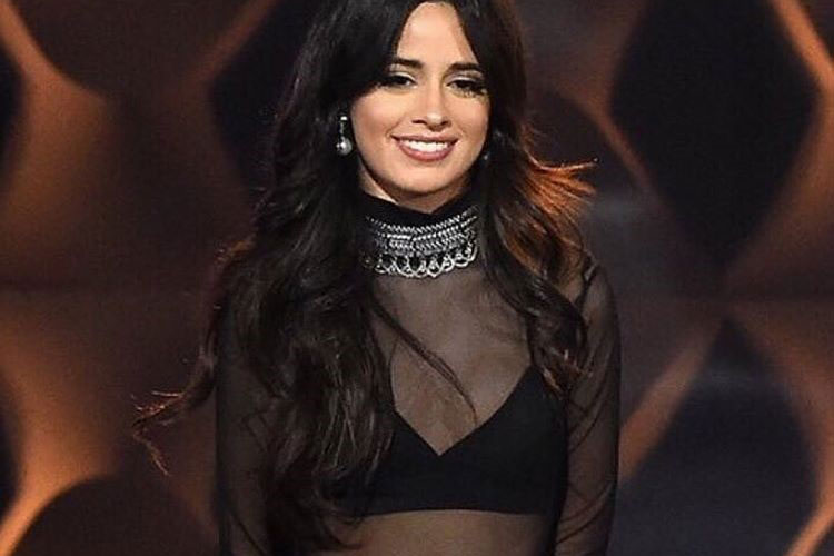 camila cabello sorrindo no billboard