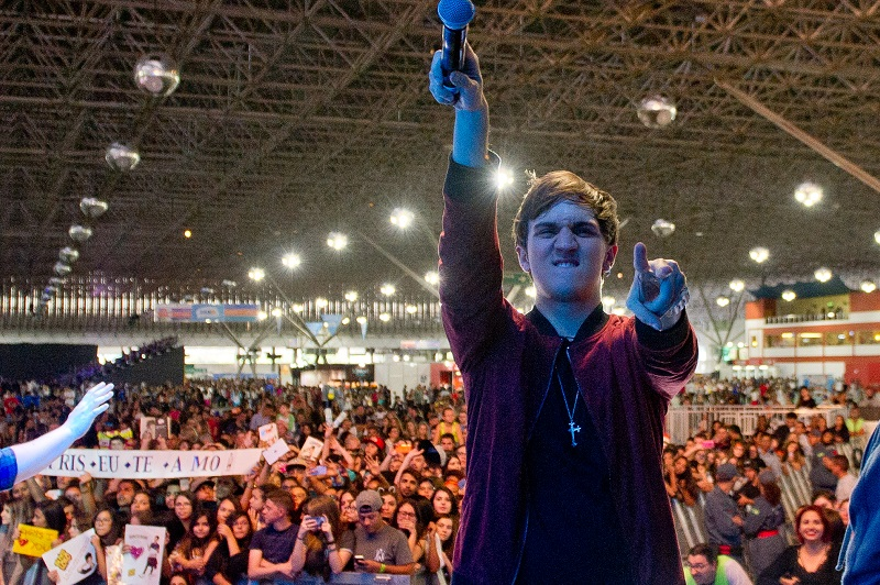 Christian com microfone na mão