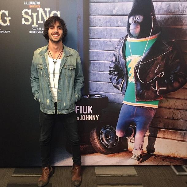 Fiuk com o cartaz de Johnny, da animação SIng