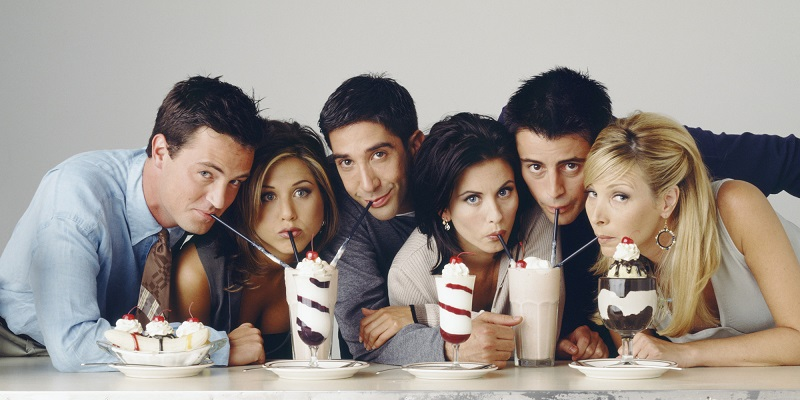 elenco de friends tomando milkshake