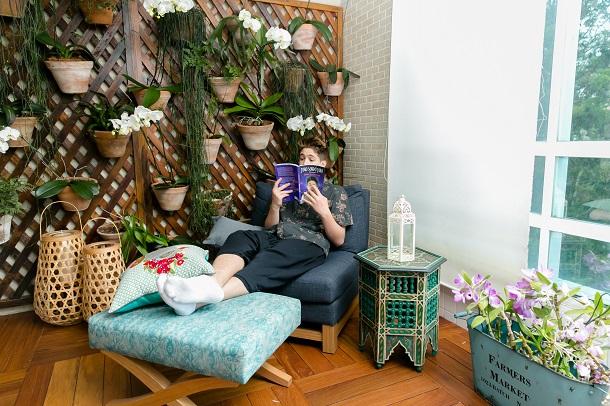 João Guilherme lendo em sua varanda