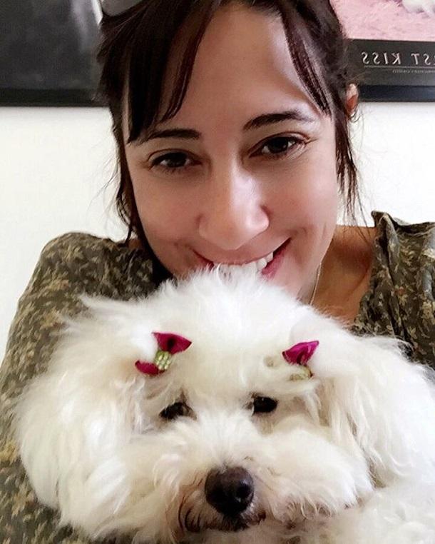 Escritora Paula Pimenta em selfie com sua cachorrinha