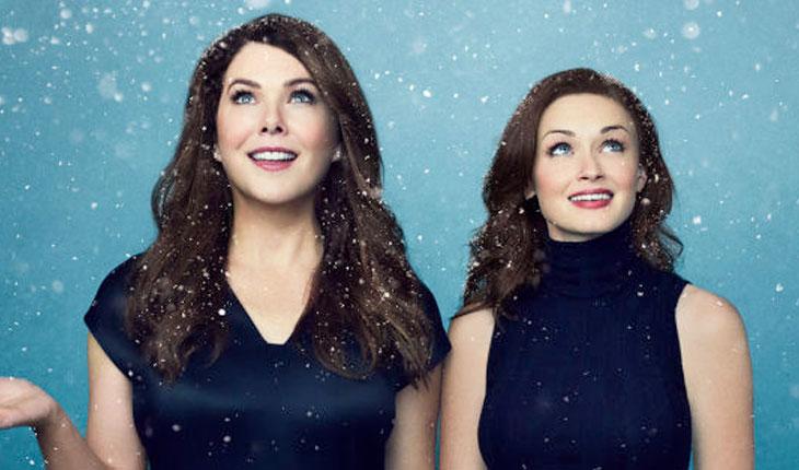 personagens principais de Gilmore Girls olhando para cima, lado a lado, em fundo azul com neve