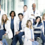 personagens de grey's anathomy em hospital, usando uniformes médicos