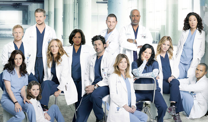 personagens de grey's anathomy em hospital, usando uniformes médicos