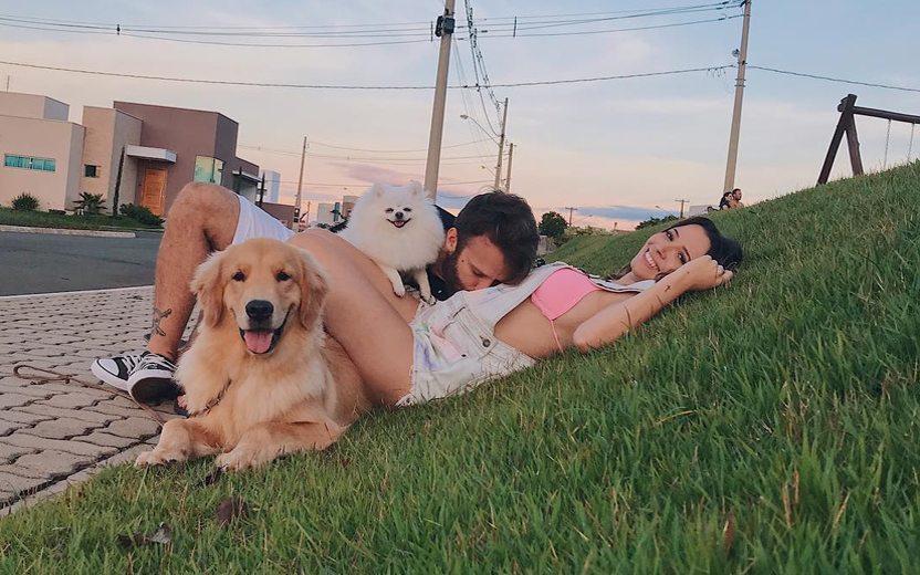 Férias das famosas: Taciele Alcolea e namorado passeando com cachorros