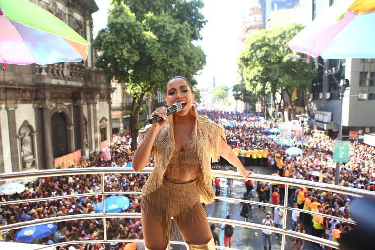anitta em seu trio elétrico no carnaval