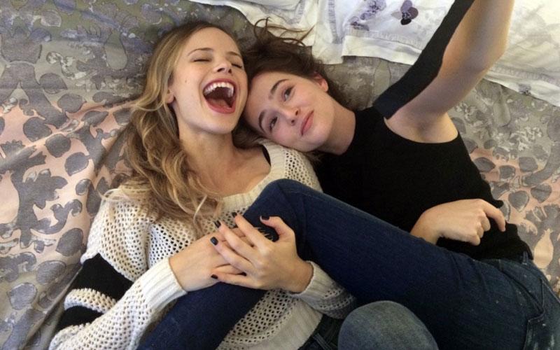 Duas meninas do filme antes que eu vá rindo na cama