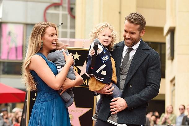 Filhos de Blake Lively e Ryan Reynolds ao lado dos pais