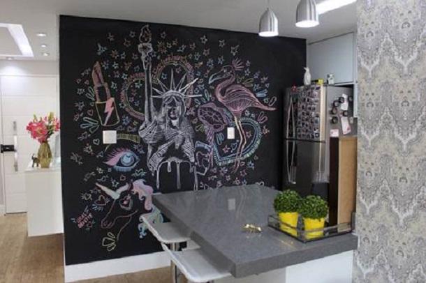 Cozinha da Niina Secrets com painel de lousa