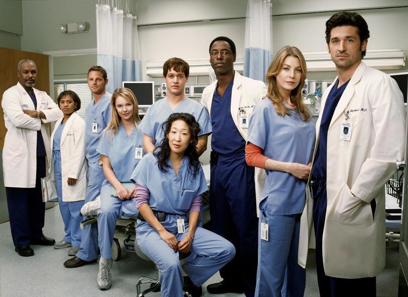 Elenco de Grey's Anatomy reunido em sala de hospital