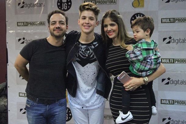 João Guilherme com mãe, padrasto, mãe e irmãozinho
