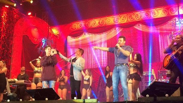 João Guilherme, Leonardo e Eduardo Costa no palco, durante show